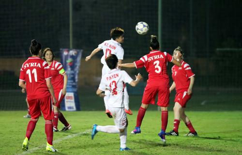 Việt Nam (trắng) có khởi đầu suôn sẻ, với sáu điểm, ghi 19 bàn và chưa thủng lưới sau hai trận.