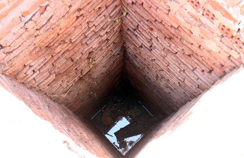 Ảnh: Giếng có hình vuông, được xếp đá từ dưới lên. Ảnh: Đắc Thành