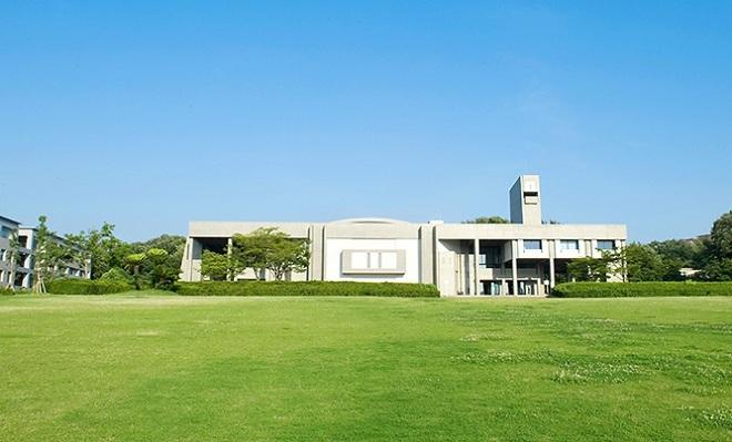 4. Đại học Nagoya  Từ một trường y dược của thành phố được thành lập vào năm 1871, Nagoya trở thành đại học hoàng gia cuối cùng của Nhật Bản vào năm 1939. Trường bao gồm 13 đại học thành viên, 3 viện nghiên cứu và 18 trung tâm nghiên cứu. Đại học Nagoya còn là nơi tổ chức Festival đại học lớn nhất trong khu vực. Festival này diễn ra vào tháng 6 và thu hút 50.000 du khách mỗi năm. Ảnh: Ieeuc