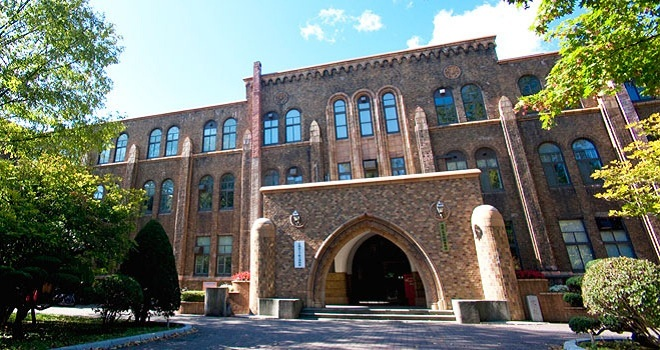 8. Đại học Hokkaido  Được thành lập năm 1876, Đại học Hokkaido là một trong những tổ chức giáo dục hàng đầu đào tạo các chuyên ngành từ khoa học xã hội nhân văn đến khoa học tự nhiên. Trường có 34 khoa với hơn 17.000 sinh viên. Năm 2015, trường tự hào được Reuters bình chọn là một trong 100 trường sáng tạo nhất thế giới.