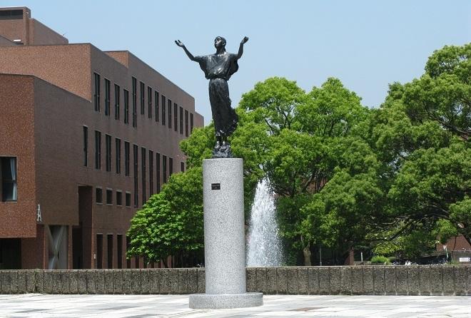 9. Đại học Tsukuba  Thành lập vào năm 1973, Đại học Tsukuba luôn hướng tới xây dựng môi trường học tập mở với hệ thống nghiên cứu, giáo dục linh hoạt nhằm đáp ứng nhu cầu nhiều mặt của xã hội. Đến nay, trường có 3 chủ nhân của giải Nobel. Tsukuba nổi tiếng có trụ sở chính nằm trong khuôn viên rộng 258 hécta. Ảnh: Mmia