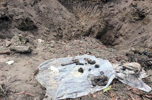 Hố chôn tập thể được phát hiện tại phía Đông Nam sân bay. Ảnh: Thái Hà