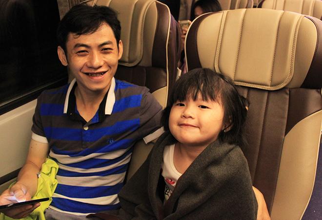 Đi du lịch cùng gia đình, anh Trương Ngọc Thảo (quận Gò Vấp) nhận xét, tàu SNT2 chạy êm, tuy nhiên giờ tàu đến Nha Trang khá sớm, vào 5h30, nên khó khăn cho hành khách, nếu đổi giờ tàu đến lúc 7h sáng thì hợp lý hơn.