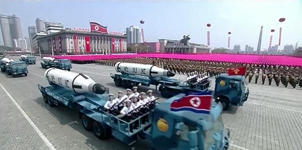 Trời nhiều nắng, xe quân sự và hàng chục nghìn binh lính lấp đầy quảng trường Kim Il-sung khi ban nhạc quân đội chơi một khúc nhạc sôi nổi.Tiếng nhạc dừng khi lời thề trung thành với lãnh đạo đất nước Kim Jong-un vang lên.