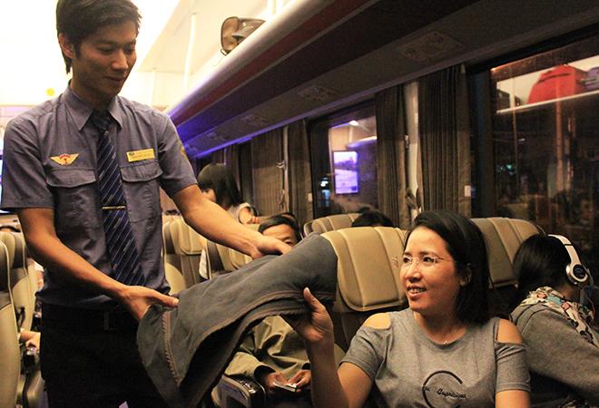Hành khách được phát chăn, nước uống miễn phí. Mỗi toa đều có tiếp viên phụ trách hướng dẫn hành khách.