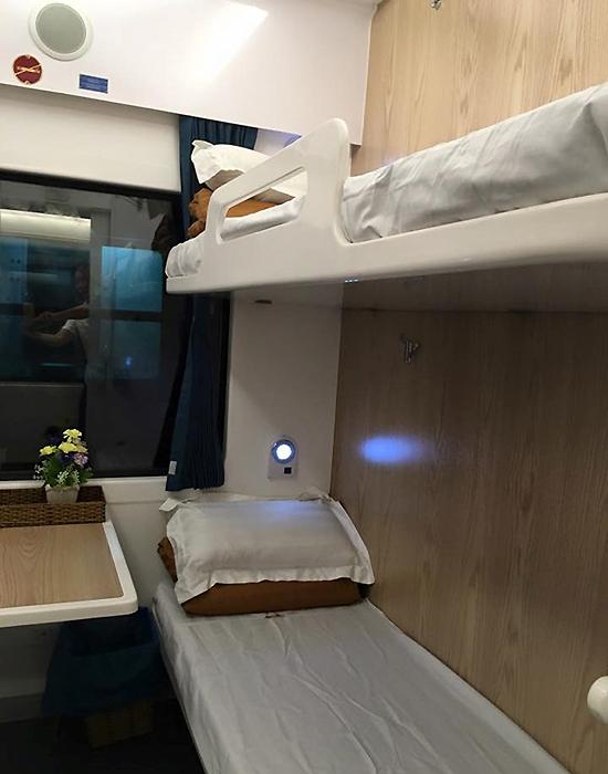 Toa xe được lắp lò xo giảm chấn của Nhật Bản để hạn chế rung, lắc, xóc khi tàu di chuyển và giảm tối đa tiếng ồn.  Các toa gường nằm được bố trí 4 gường, nệm chất lượng cao. Hành khách có thể điều chỉnh nhiệt độ trong khoang theo nhu cầu.