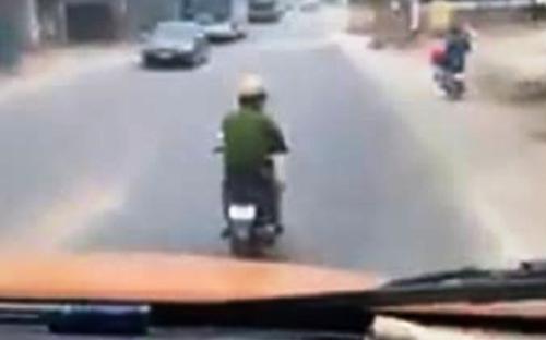 Cảnh sát giao thông bị đình chỉ vì nghe điện thoại trong lúc đi xe máy