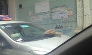 Ôtô bị ăn gạch khi đỗ bên đường