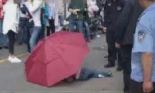Cậu bé Trung Quốc cầm ô nhảy từ tầng cao xuống đất giống phim - ảnh 1