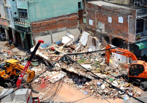 Sập nhà 3 tầng, cụ ông văng ra đường tử vong