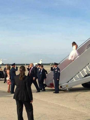 Chuyên gia nhận xét cách Trump 'bỏ rơi' vợ khi xuống máy bay