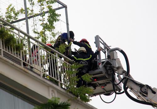 12 người kẹt trong đám cháy ở Sài Gòn được cứu bằng xe thang - ảnh 1