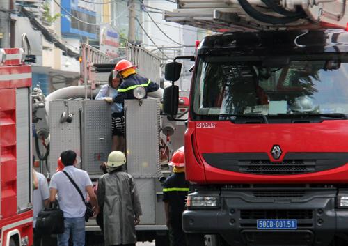 12 người kẹt trong đám cháy ở Sài Gòn được cứu bằng xe thang - ảnh 2