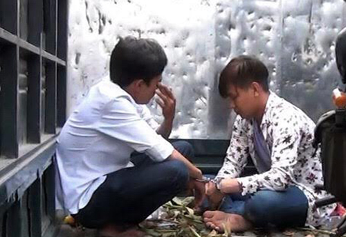 Hai thanh niên bị bắt giữ. Ảnh: Nguyệt Triều