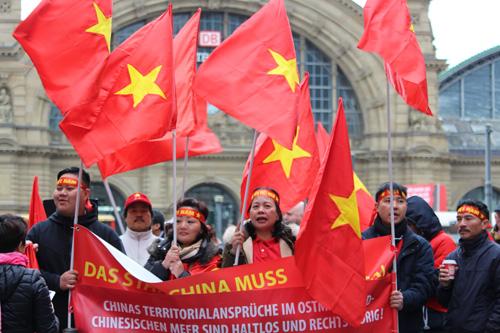 Người Việt ở Đức biểu tình phản đối Trung Quốc quân sự hóa Biển Đông - ảnh 1