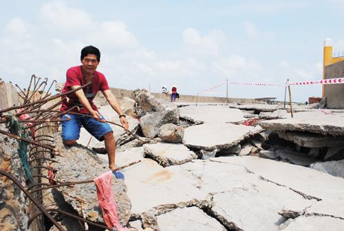 Hàng chục mét kè bê tông kiên cố ở đê biển Gành Hào - Bạc Liêu bị sóng đánh hư hỏng trong suốt một đêm. Ảnh: Phúc Hưng.