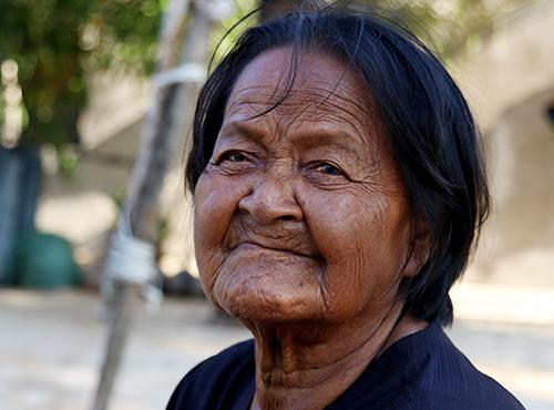 Bà Mía, người dân tộc Đàng Hạ với da đen bóng, đôi mắt màu đồng đồng thau. Ảnh: Xuân Ngọc
