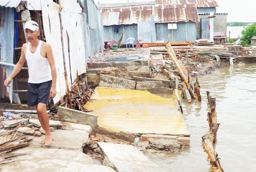 Hàng nghìn ngôi nhà ven sông chợ Vàm Đầm của Cà Mau đang đối diện với nguy cơ sạt lở cao. Ảnh: Phúc Hưng.