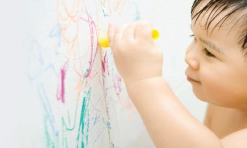 Làm cách nào xóa sạch vết bút màu trên tường?