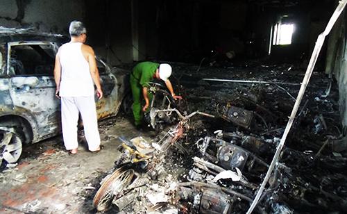 8 xe máy và một ô tô bị cháy rụi. Ảnh: Tư Huynh