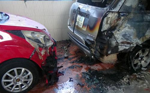 Hai ô tô khác bị cháy xém. Ảnh: Tư Huynh