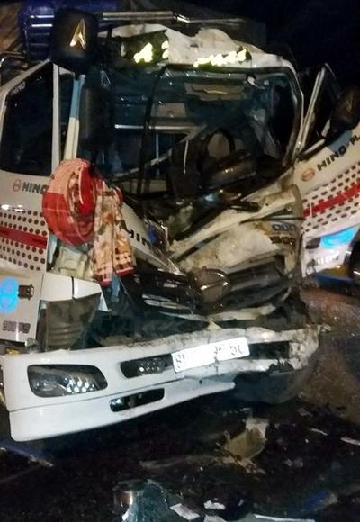 Đầu xe tải bị hư hỏng nặng sau vụ tai nạn liên hoàn. Ảnh: Thái Hà