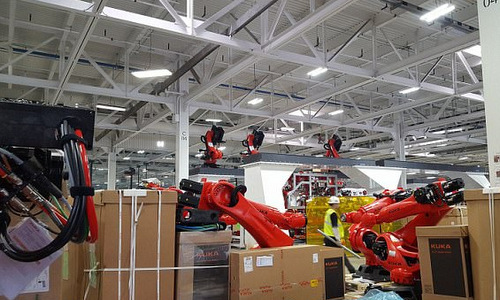 Các robot đang được Kuka lắp ráp. Ảnh: Teslarati