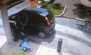 Chủ xe rút súng bắn gục kẻ cướp cạy cửa ôtô