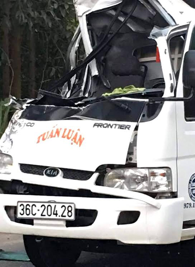 Một thượng úy công an tử vong khi hai xe tải đâm nhau