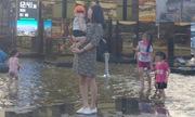 Hàng trăm người tắm dưới cột đồng hồ 42 tỷ ở Hạ Long