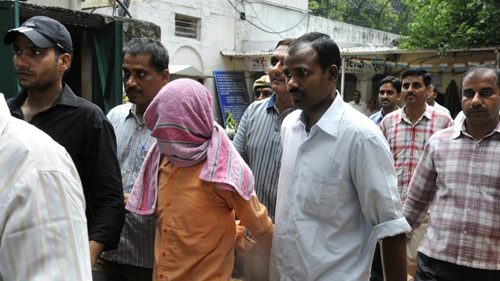 Ấn Độ treo cổ nhóm cưỡng hiếp tập thể nữ sinh trên xe buýt - ảnh 1