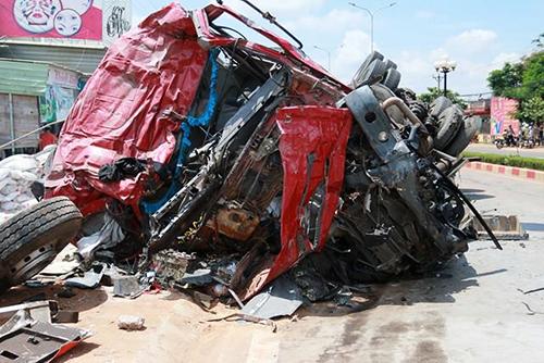 Xe khách bẹp dúm sau khi bị xe tải tông trực diện. Ảnh: Kh.Uyên