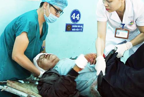 Một nạn nhân được cấp cứu tại bệnh viện. Ảnh: Kh.Uyên