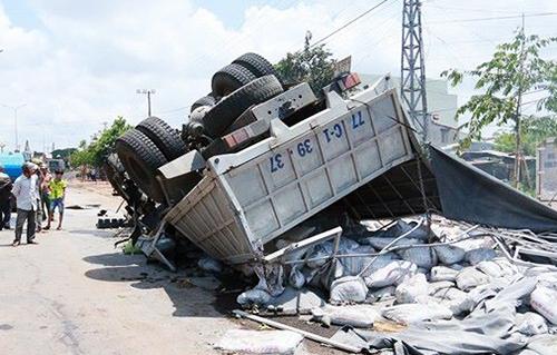 Xe tải lao vào đường một chiều tông trực diện xe tải. Ảnh: Kh.Uyên