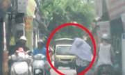Xe tải chạy đường cấm bị xe con ép lùi trên phố Hà Nội