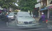 Ôtô lấn làn ngược chiều bị ép lùi trăm mét trên đường Sài Gòn