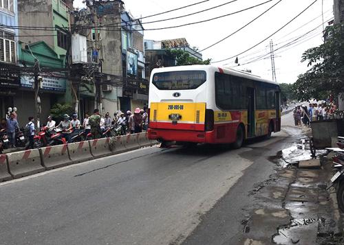Rất đông người hiếu kì tập trung theo dõi vụ tai nạn.