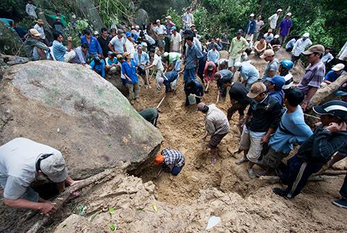 Hàng chục phu trầm tìm kỳ nam ở rừng Khánh Sơn (Khánh Hòa). Ảnh: Thành Nguyễn