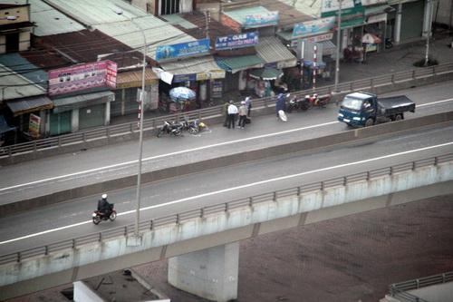 Người đi xe máy bị ôtô húc văng khỏi cầu vượt