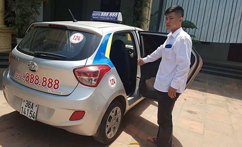 Lái taxi mở bung cửa chở người cấp cứu: 'Tôi không còn cách nào khác'