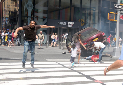 Nữ sinh 18 tuổi thiệt mạng trong vụ đâm xe ở Quảng trường Thời đại Mỹ - ảnh 2