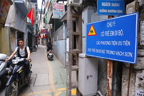 Làn đường ưu tiên cho trẻ đi bộ đầu tiên ở Hà Nội - ảnh 1