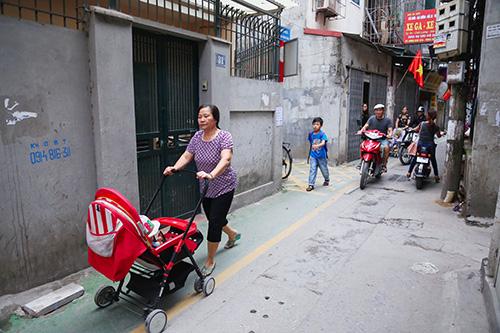 Làn đường ưu tiên cho trẻ đi bộ đầu tiên ở Hà Nội - ảnh 2