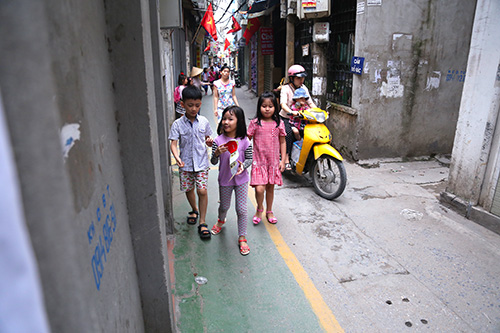 Làn đường ưu tiên cho trẻ đi bộ đầu tiên ở Hà Nội - ảnh 3