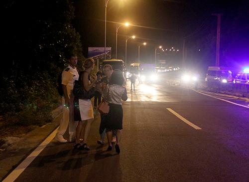 Hải quân Mỹ rời ôtô đi bộ qua khỏi khu vực bị ùn tắc. Ảnh: Xuân Ngọc