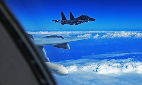 Trung Quốc nói vụ áp sát máy bay không quân Mỹ là đúng luật - ảnh 1