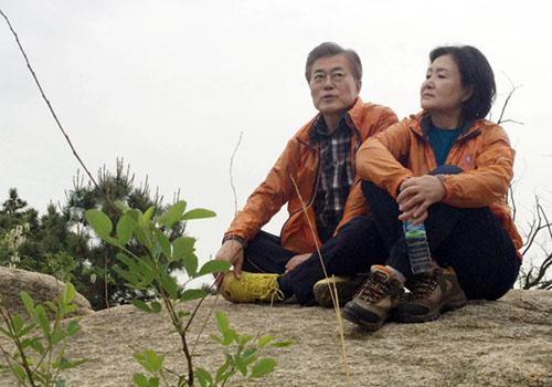 Dân Hàn Quốc lùng mua áo gió giống của Tổng thống - ảnh 1