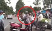 Người phụ nữ xô ngã cụ ông sau va chạm xe máy