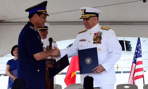 Đại diện Cảnh sát biển Việt Nam và Tuần duyên Mỹ trong buổi lễ bàn giao tàu tuần duyên. Ảnh: Đại sứ quán Mỹ tại Việt Nam.