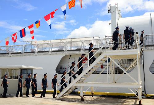 Các sĩ quan Cảnh sát biển Việt Nam lên tàu CSB-8020 trong lễ bàn giao. Ảnh: Đại sứ quán Mỹ tại Việt Nam.